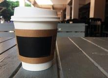 在桌上的热的咖啡在早晨 免版税库存图片