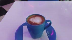 在桌上的热的热奶咖啡 股票录像