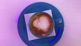 在桌上的热的热奶咖啡 影视素材