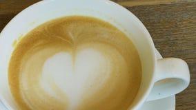 在桌上的热的热奶咖啡 股票视频