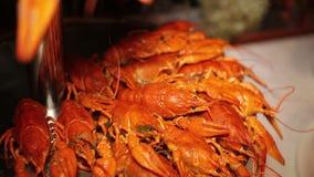 在桌上的煮沸的小龙虾 股票录像