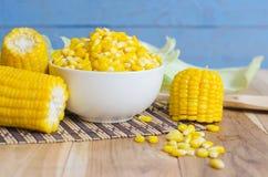 在桌上的玉米 免版税库存照片