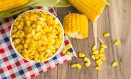 在桌上的玉米 库存照片