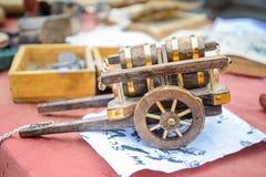 在桌上的玩具大炮 免版税库存照片