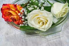 在桌上的玫瑰在玻璃盘 免版税库存图片