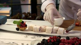 在桌上的甜寿司卷 股票录像