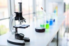 在桌上的电子显微镜labolatory的在scince屋子颜色里 免版税库存照片