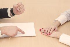 在桌上的男性和女性手 免版税库存图片