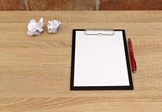 在桌上的白皮书 免版税库存照片