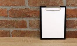 在桌上的白皮书 库存图片