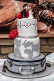 在桌上的白色婚宴喜饼 免版税图库摄影