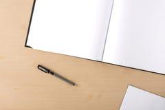在桌上的白色空白的artbook 免版税图库摄影