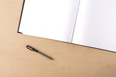 在桌上的白色空白的artbook 库存照片
