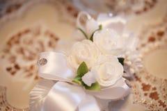 在桌上的白色装饰花 库存图片