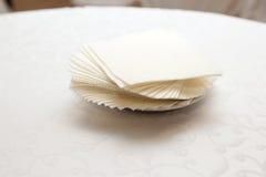 在桌上的白色餐巾 免版税库存图片