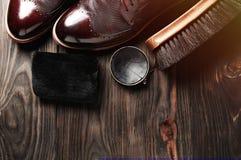 在桌上的皮鞋用擦亮的设备 手工制造的时尚 蜡 免版税库存图片