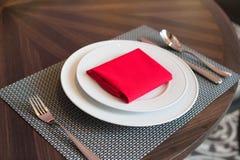 在桌上的盘在餐馆 免版税图库摄影
