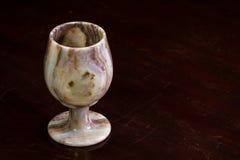 在桌上的石华酒杯 免版税库存图片