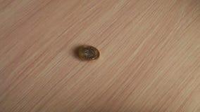 在桌上的硬币 影视素材