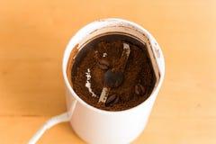 在桌上的磨咖啡器 图库摄影
