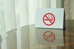 在桌上的禁烟标志 免版税图库摄影