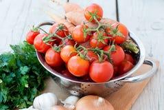 在桌上的秋天菜-蕃茄,胡椒,茄子, 库存图片