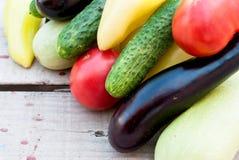 在桌上的秋天菜-蕃茄,胡椒,茄子, zu 免版税图库摄影