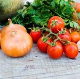 在桌上的秋天菜-蕃茄,胡椒,茄子, zu 库存图片