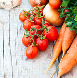 在桌上的秋天菜-蕃茄,胡椒,茄子, zu 免版税库存照片