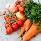 在桌上的秋天菜-蕃茄,胡椒,茄子, zu 库存照片