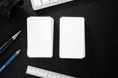 在桌上的空白的名片介绍大模型设计商务联系的 免版税图库摄影