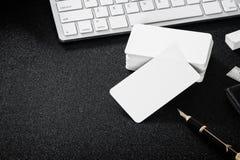 在桌上的空白的名片大模型设计商务联系的 库存照片