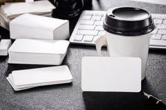 在桌上的空白的名片大模型设计商务联系的 免版税库存图片