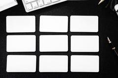 在桌上的空白的名片大模型设计商务联系的 免版税图库摄影