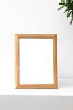在桌上的空白的照片框架在屋子里 库存图片