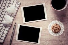 在桌上的空白的照片框架 免版税图库摄影