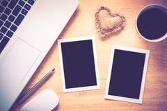 在桌上的空白的照片框架 图库摄影