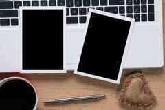在桌上的空白的照片框架 库存照片