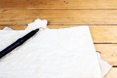 在桌上的空白的老纸板料 免版税库存照片