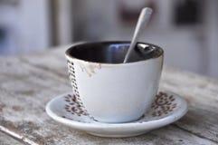 在桌上的空的杯子咖啡 库存图片