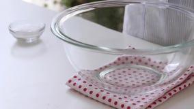 在桌上的空的碗 免版税库存图片