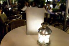 在桌上的空的菜单在餐馆 免版税图库摄影
