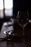在桌上的空的玻璃 免版税库存图片