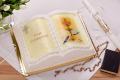 在桌上的第一个圣餐蛋糕 免版税库存图片