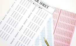 在桌上的答案纸 免版税库存照片