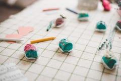 在桌上的糖果与蜡铅笔 库存图片