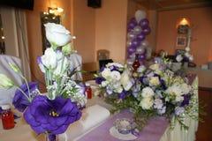 在桌上的紫色花 库存照片