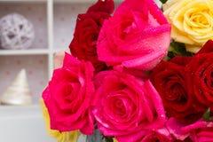 在桌上的红色和桃红色玫瑰 免版税库存照片