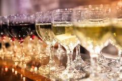 在桌上的红色和白葡萄酒 库存图片