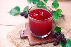 在桌上的红色桑树汁 库存图片
